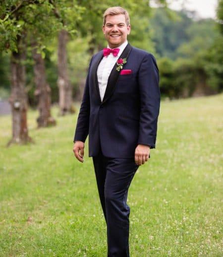 Dunkelblauer Hochzeitsanzug mit knallfarbigen Accessoires
