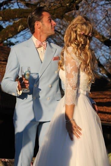 Rosa Accessoires zum hellblauen Hochzeitsanzug