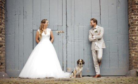 Heller Hochzeitsanzug mit Braut