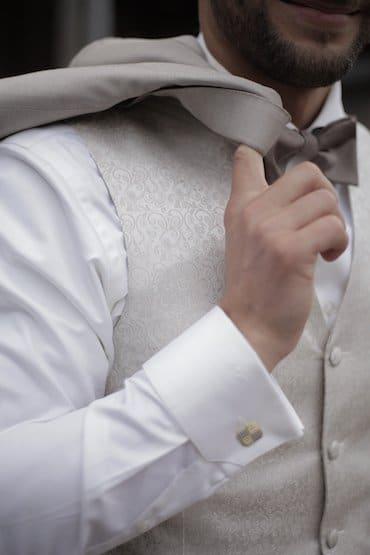 Zum Hochzeitsanzug trägt man Umschlagmanschetten...