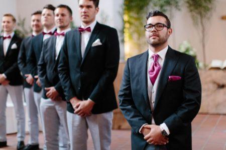 Der Bräutigam trägt Krawatte, die Gäste Schleifen