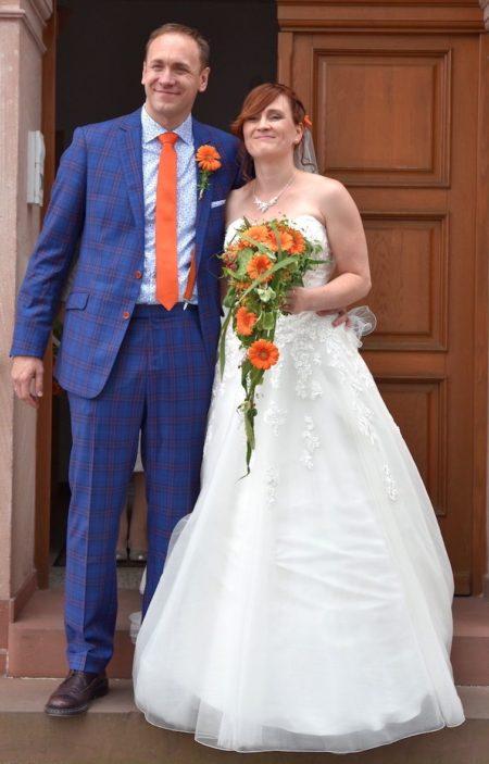 Blauer Hochzeitsanzug mit Accessoires in Orange
