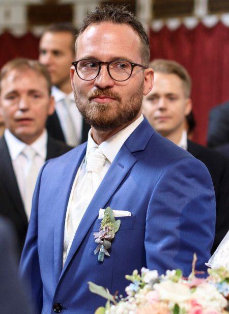 Hochzeitsanzug in strahlendem Blau