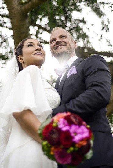 ... und strahlt mit der Braut um die Wette