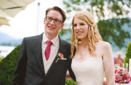 Rosétöne zum dunklen Hochzeitsanzug