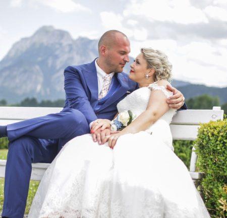 Blauer Hochzeitsanzug vor Bergpanorama