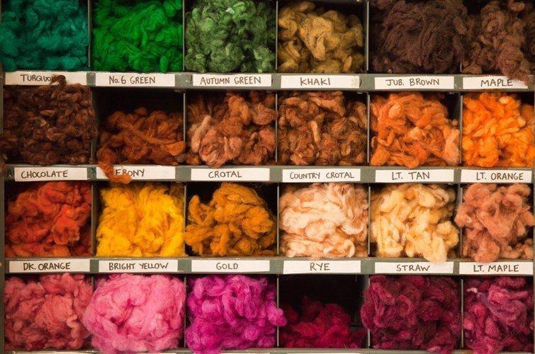 Mit Pflanzenfarben gefärbt