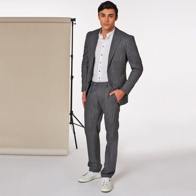 A Grau Gestreift full - Leichter Wollanzug Grau mit Blauen Nadelstreifen