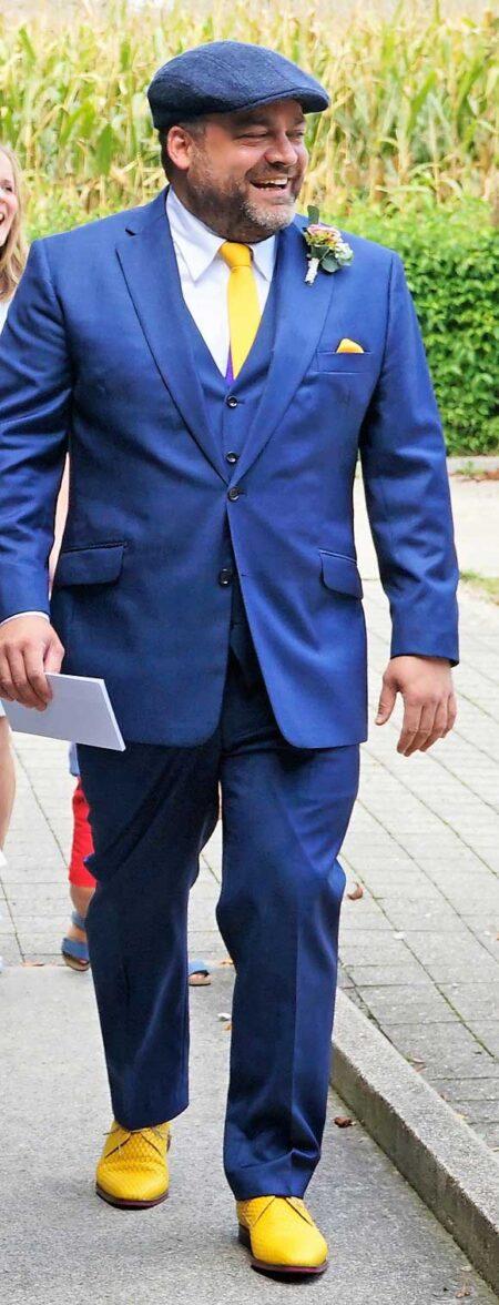 Blauer Anzug mit gelben Schuhen
