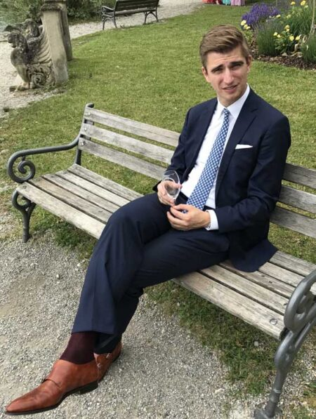 Dunkler Anzug